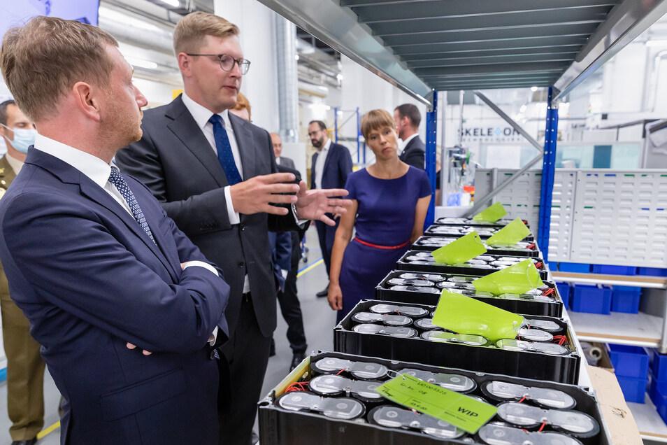 Die Staatspräsidentin der Republik Estland Kersti Kaljulaid und Sachsens Ministerpräsident Michael Kretschmer erkundigten sich bei Managing Direktor Ants Vill über die Entwicklung der Firma Skeleton in Großröhrsdorf.