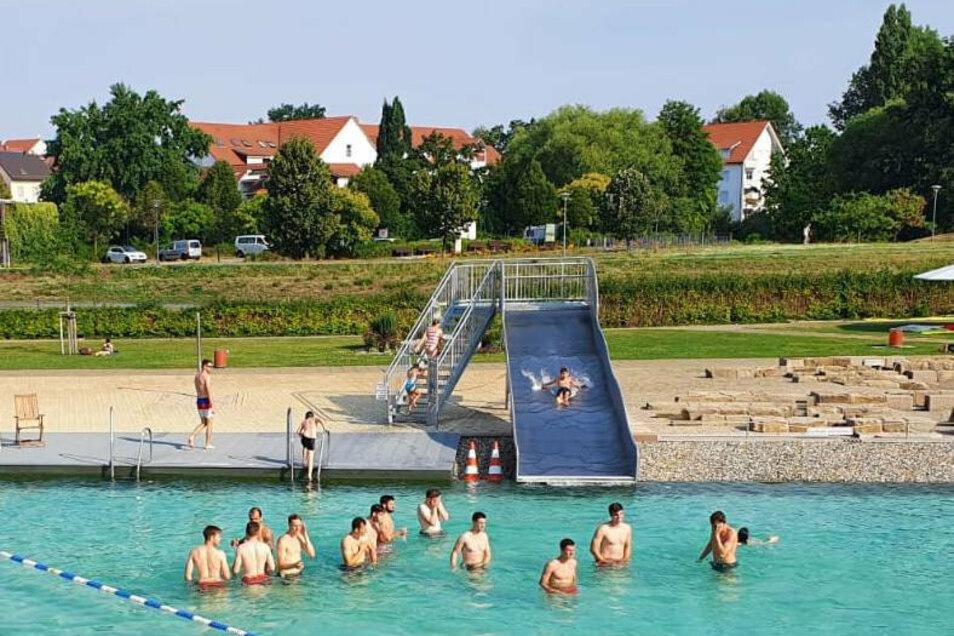 Das sieht nur zufällig wie ein Badetag aus: Die Handballer der U23 absolvierten am Sonntag eine Trainingseinheit im Großenhainer Naturerlebnisbad.