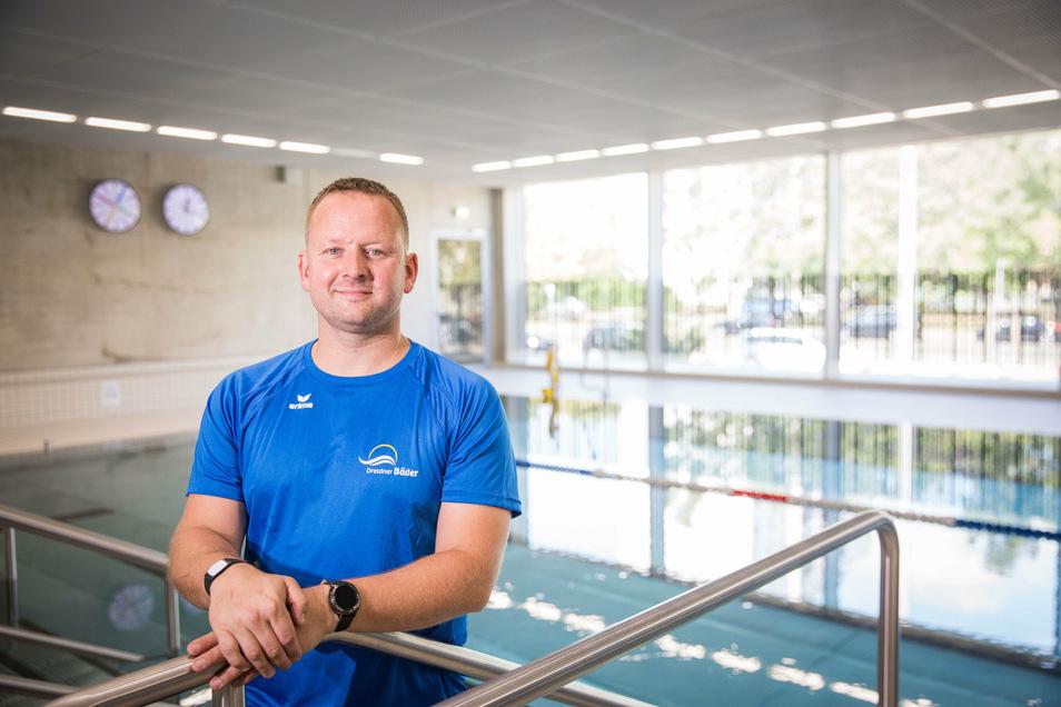 Schwimmlehrer Sebastian Halgasch unterrichtet auch Kinder in regulären Schulkursen.