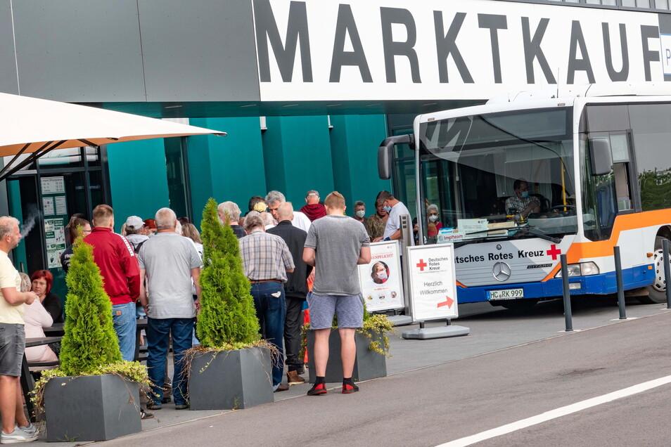 Früh um 10 Uhr hatte sich eine Schlange vor dem Impfbus des DRK gebildet, der vor dem Eingang von Marktkauf in Döbeln Halt machte.