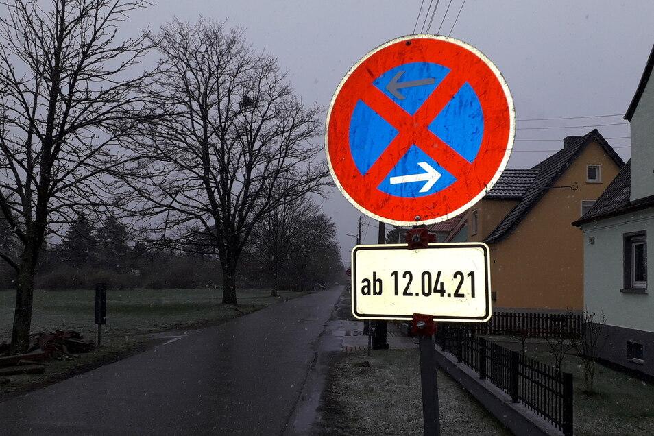 Stoppschilder sollen verhindern, dass die Langenberger Straße von Anwohnern erneut zugeparkt wird.