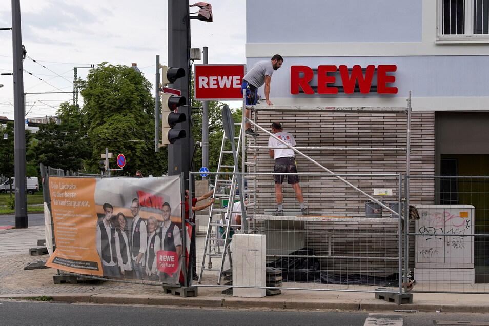 An diesem Dienstag werden im Außenbereich des neuen Supermarktes noch die letzten Bauarbeiten erledigt, am Mittwoch soll die Filiale an der Ecke Weißeritz-und Friedrichstraße öffnen.