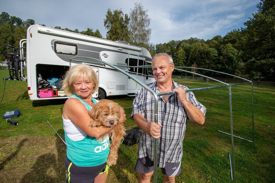 Petra und Roland Sell mit ihrem Hund Marley haben das Campen wieder für sich entdeckt.