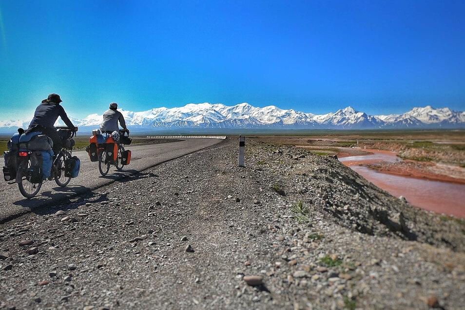 Zwei Tage vor der Einreise nach China durchquerten die beiden Schmiedeberger das Alai-Tal im Süden Kirgistans mit dem Pamir im Hintergrund.