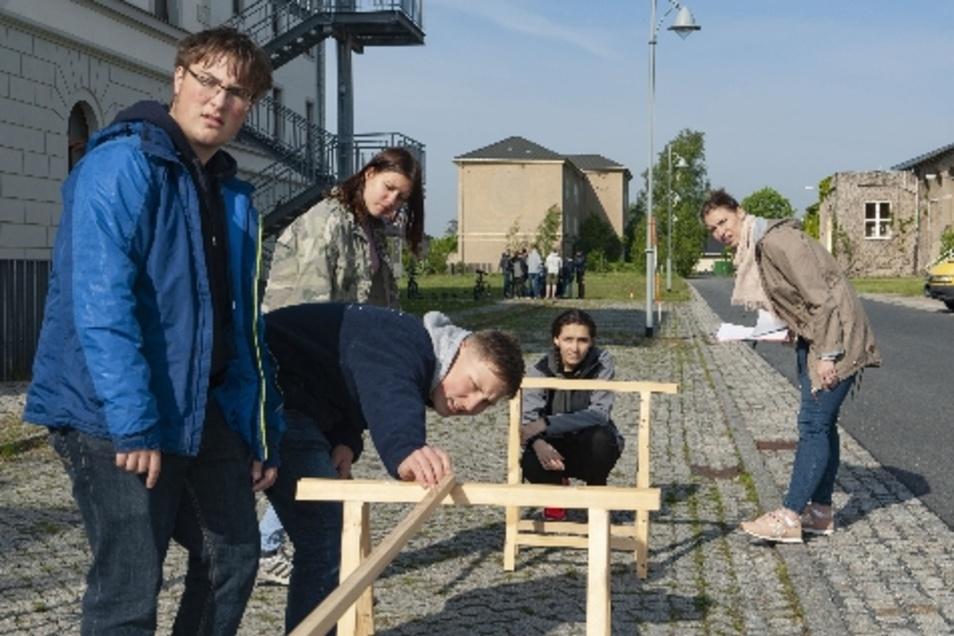 Maximilian Böhm, Tim Görlitz, Jessica Häfner, Lena Faludi und Lehrerin Bianca Bucko (v.l.) von der Großenhainer Oberschule Am Schacht beim Messen mit Mess- stangen.