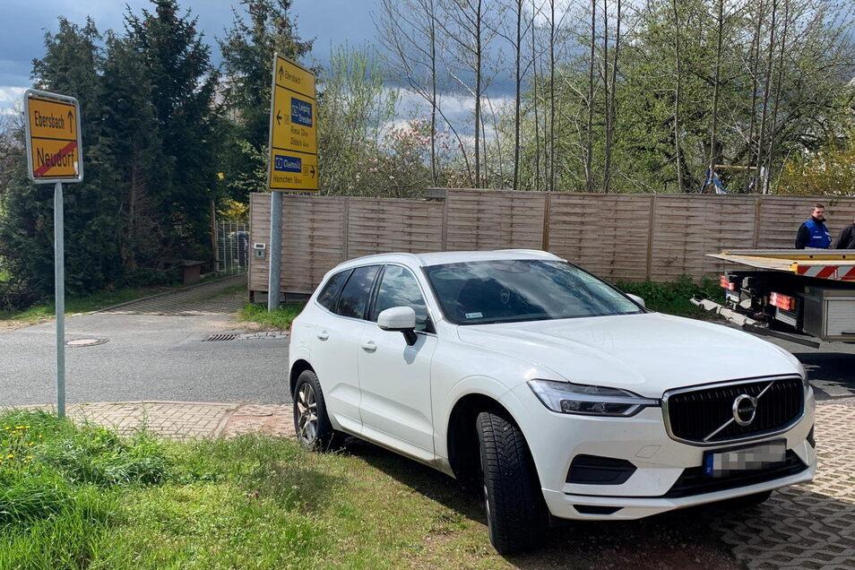 Der vor einem Grundstück in Neudorf gestoppte Volvo wurde ebenso beschlagnahmt und abgeschleppt, wie...