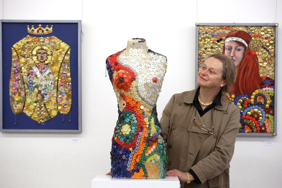 Galeristin Sabine Schubert holte schon vor einigenn Jahren eine außergewöhnliche Knopf-Ausstellung nach Pulsnitz. Nun gibt es Neues von den Knöpfen.