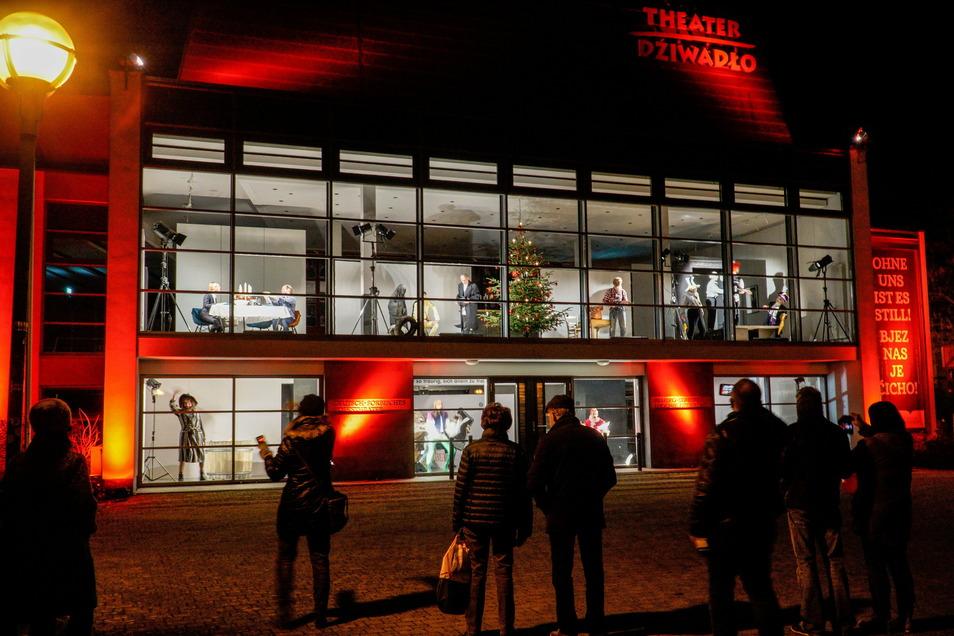 Die Zuschauer auf dem Theaterplatz beobachteten das Geschehen, von den Schauspielern hören konnten sie nichts. Dennoch gab es Beifall.