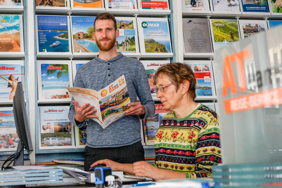 Azubi Tim Cellarius und Astrid Schütze beraten Kunden in der Bautzener Filiale des ATeams Reiseservice.