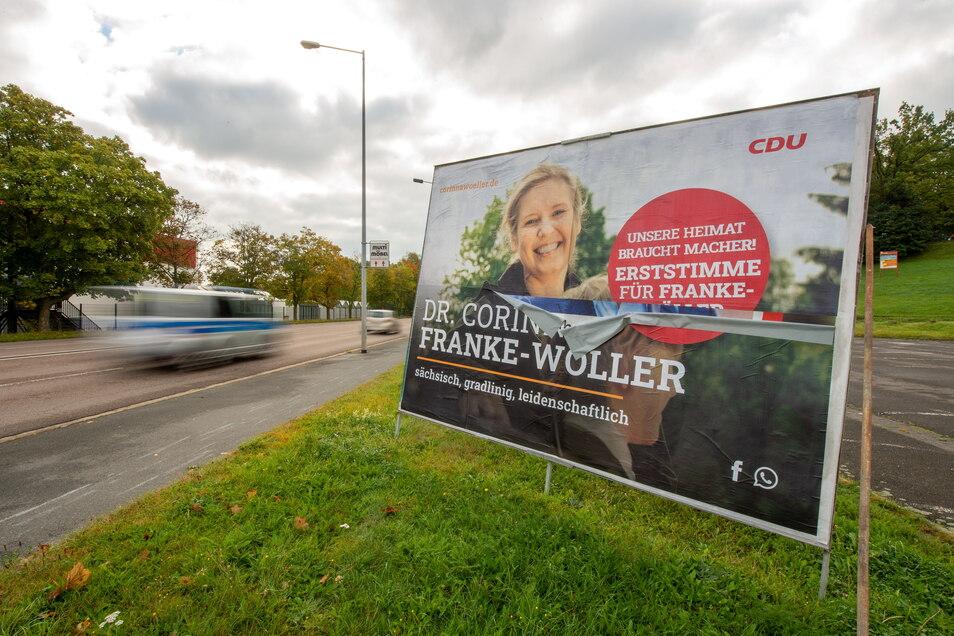 Zu groß zum Übersehen, trotzdem steht dieses Wahlplakat noch am Heidenauer Bad.