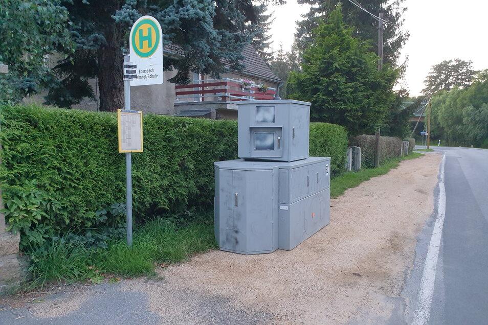 Der besprühte Blitzer stand am Dienstag noch an der Schul-Bushaltestelle in Ebersbach im Schöpstal.