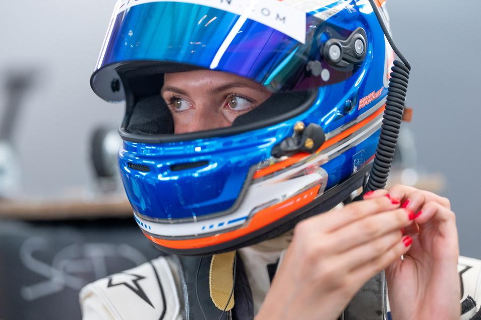 Die Britin Esmee Hawkey ist nur eine von zwei Frauen in der DTM. Auf dem Lausitzring schleudert sie mit ihrem Auto nach nur zwei Runden in die Mauer und muss das Rennen beenden, bleibt aber unverletzt.