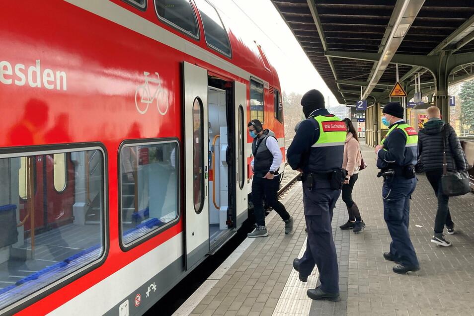 Am Montag kontrollieren Bundespolizisten und Mitarbeiter der DB Sicherheit bundesweit, ob sich die Fahrgäste an die Maskenpflicht halten. Matthias Niesel und Lukas Pfriem von DB Sicherheit steigen am Meißner Bahnhof ein.
