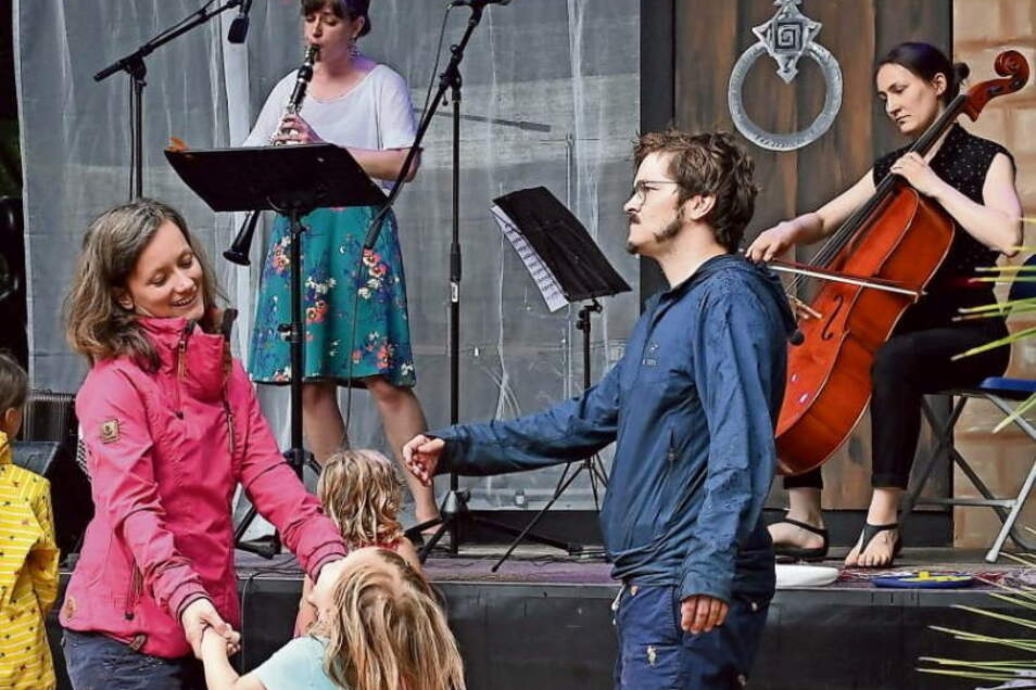 Die musikalische Weltreise beim Kinderkonzert der Serkowitzer Volksoper an der alten Brauerei Bad Muskau fand mit einem Regentanz den Schlusspunkt.