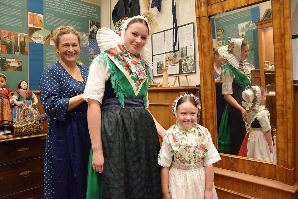 Marie Josefine (Mitte) und Julia Paulisch werden von Kirsten Böhme vom Trachtenhaus Jatzwauk in die Senftenberger Tracht eingekleidet.
