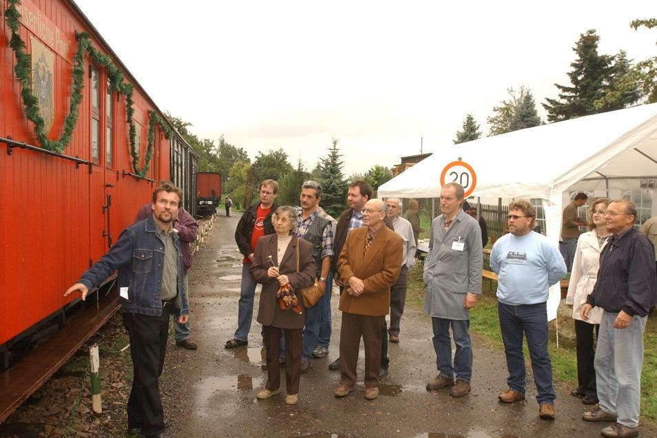 Peter Wunderwald stellt den Besuchern beim 4. Stationsfest im Oktober 2004 den restaurierten Bahnpostwagen aus dem Jahre 1908 vor.