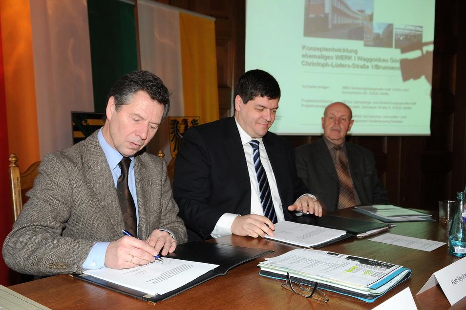 Historie: Staatssekretär Wolfgang Voß (l.) und WBG-Chef Arne Myckert unterzeichnen den Mietvertrag für den neuen Standort der Polizeidirektion. Der ehemalige WBG-Geschäftsführer Gerd Kolley (rechts) hatte ihn maßgeblich mit vorbereitet.