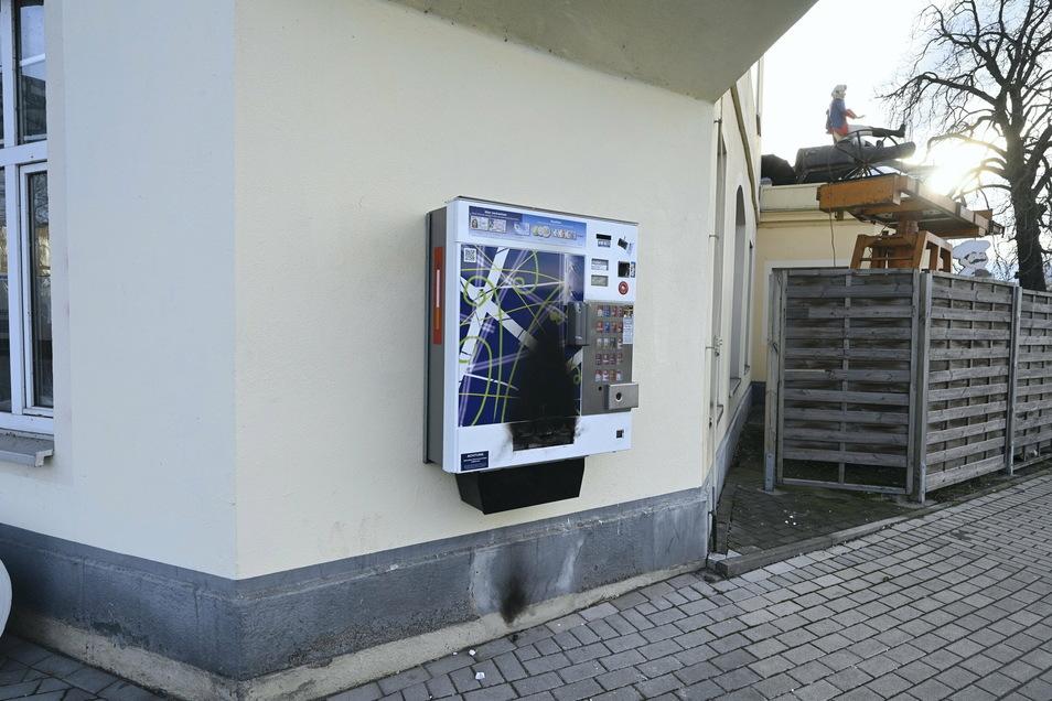 Wurde beschädigt, hielt aber stand: der gesprengte Zigarettenautomat an der Bahnhofstraße.