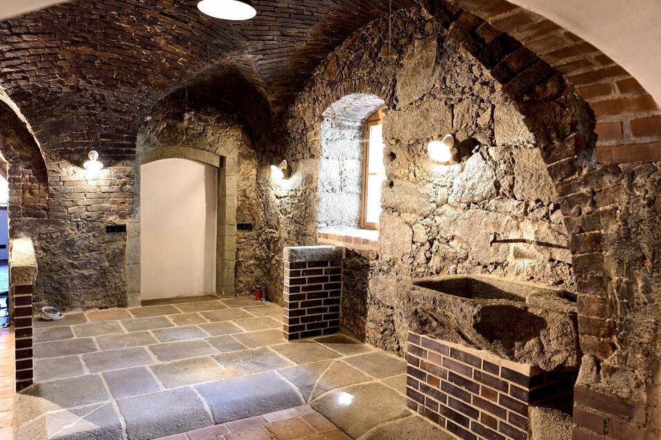 Rustikaler Charme ist für das alten Gewölbe typisch. Bei den Sanierungsarbeiten wurden auch alte Überbauungen gefunden. Statt der großen Scheune muss es früher mal drei Gebäude gegeben haben.
