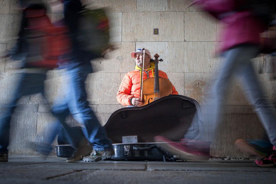 Ein Straßenmusiker auf der Schloßstraße in Dresden.