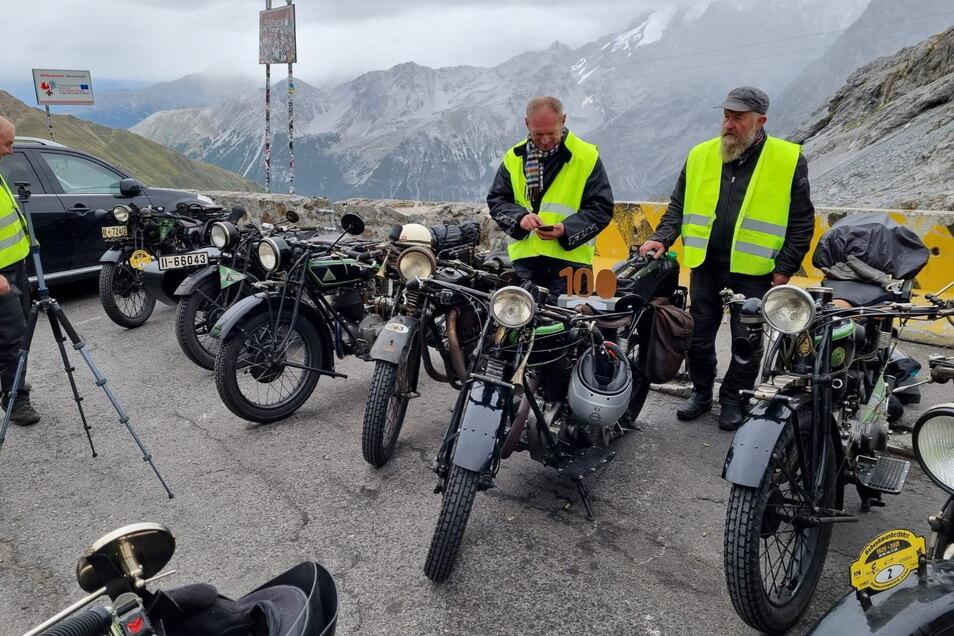 Die Biker auf der Motorradwanderfahrt von Freital nach Venedig auf dem höchsten Punkt, dem Stilfser Joch. Die Freitaler 100 ist immer dabei.