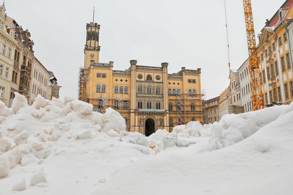 Auch der Zittauer Markt ist verschneit.