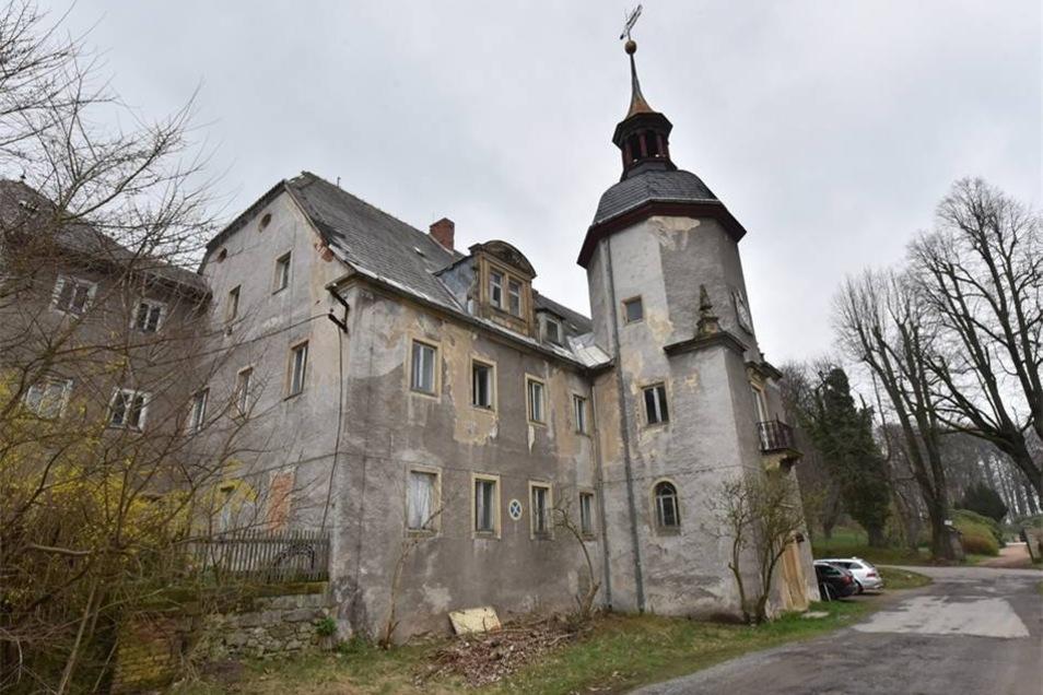 Die Büsche ringsherum hat der neue Eigentümer bereits weggeschnitten. So haben auch Spaziergänger wieder einen freien Blick auf das Schloss Naundorf.