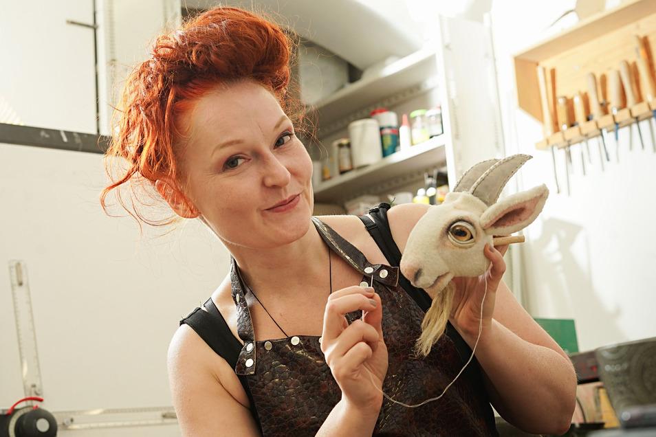 """Beatrice Baumann ist Puppenbauerin am Puppentheater in Bautzen. Gerade arbeitet sie an den """"Sieben Geißlein""""."""