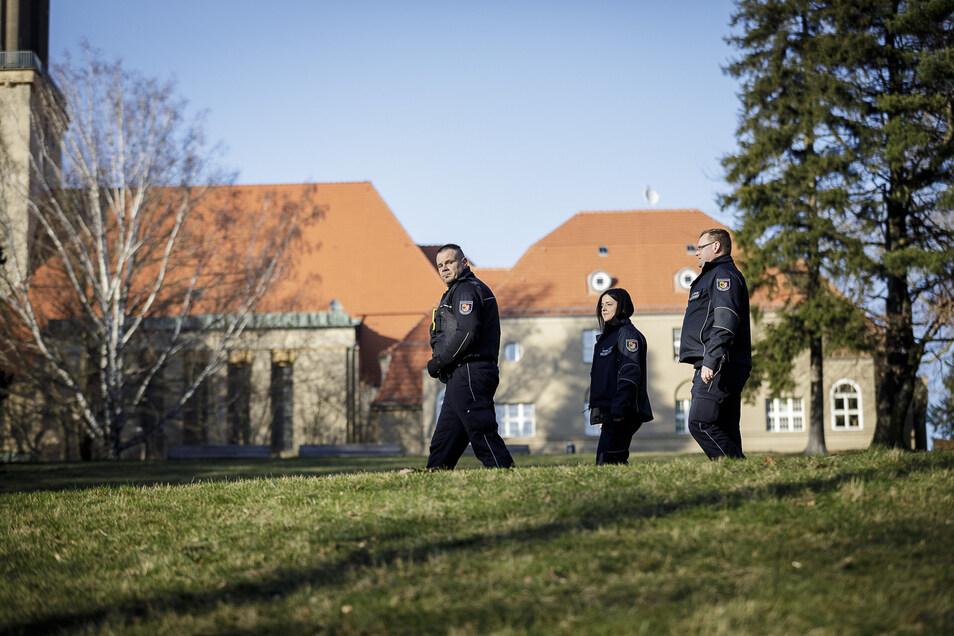 Nichts los im Kreuzkirchenpark. Jan Tokarski, Karolina Jakubiszak und Marek Eberhardt (v.l.) laufen die Stellen ab, wo sich manchmal Menschen sammeln.