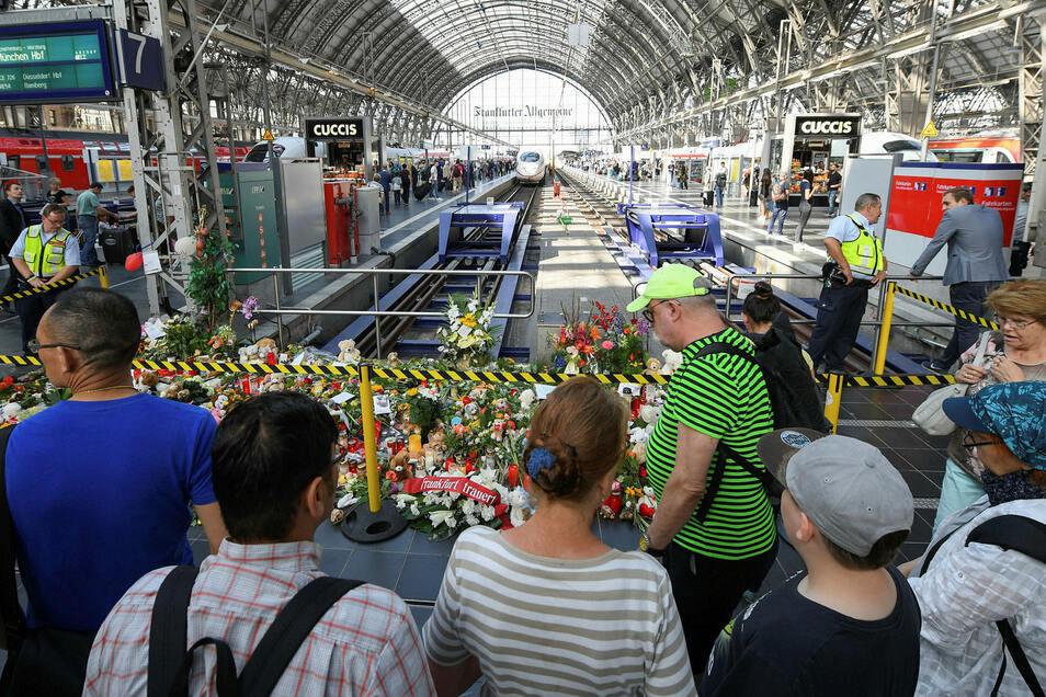 Am Gleis 7 des Frankfurter Hauptbahnhofs ist ein achtjähriger Junge vor einen ICE gestoßen und getötet worden.