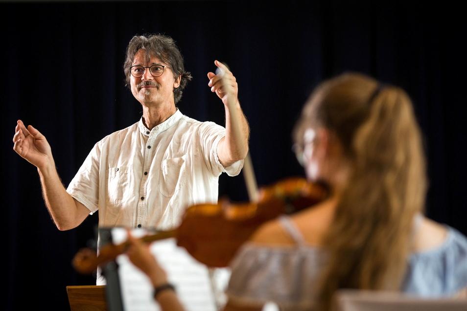 Freut sich über die Chance, mit dem Dresdner Jugendsinfonieorchester ein so großes Konzert zu spielen: Milko Kersten probt mit den jungen Leuten für den Hope-Benefizabend.