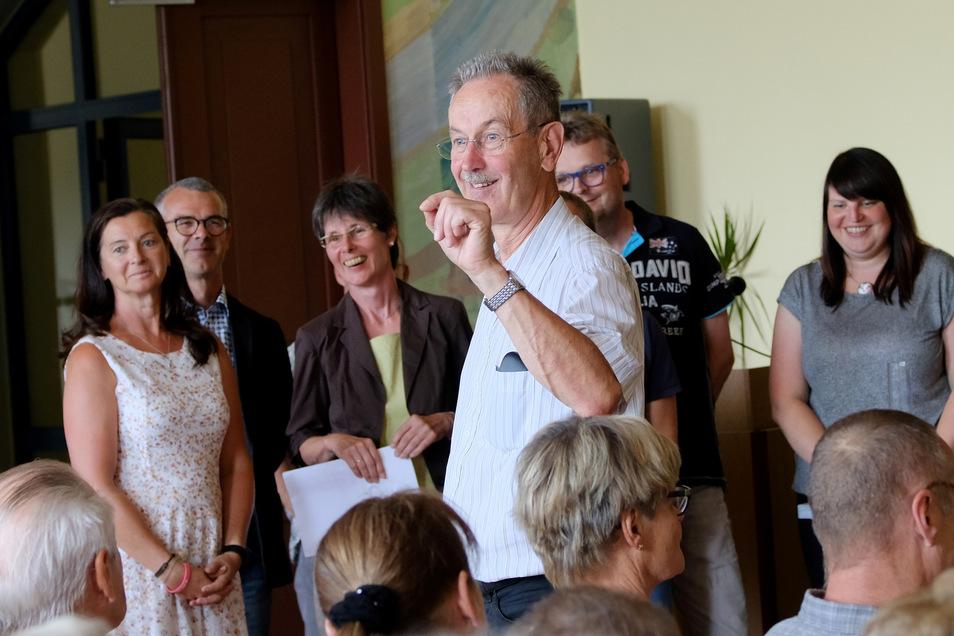 Letzter Akt: Seine Kollegen, Schüler und Eltern bereiteten Schulleiter Lutz Jakob am letzten Schultag einen überaus herzlichen Abschied.