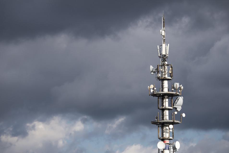 Ein Vodafone-Sendemast in Dresden. Die kleinen Kästen ganz oben sind bereits für den neuen Mobilfunkstandard 5G, darunter die etwas größeren Kästen gehören zum 4G-Netz.