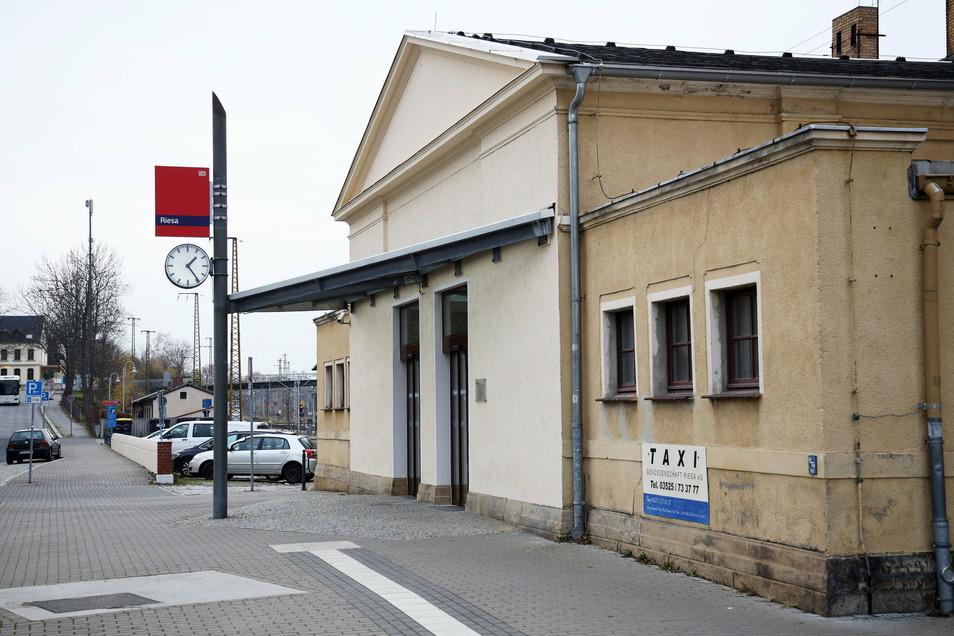 Blick auf den Riesaer Bahnhof. Ob das Gebäude in Zukunft aufgewertet werden kann, untersucht die Deutsche Bahn derzeit.