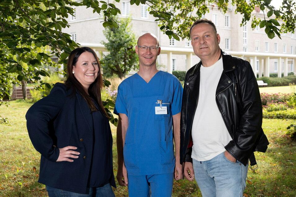 Pflegen einen lockeren Umgang mit Oberarzt Matthias Kandler, der die Operationen durchgeführt hat. Lissy Stephan und Jens Thiele nennen ihn scherzhaft einen dünnen Hering.