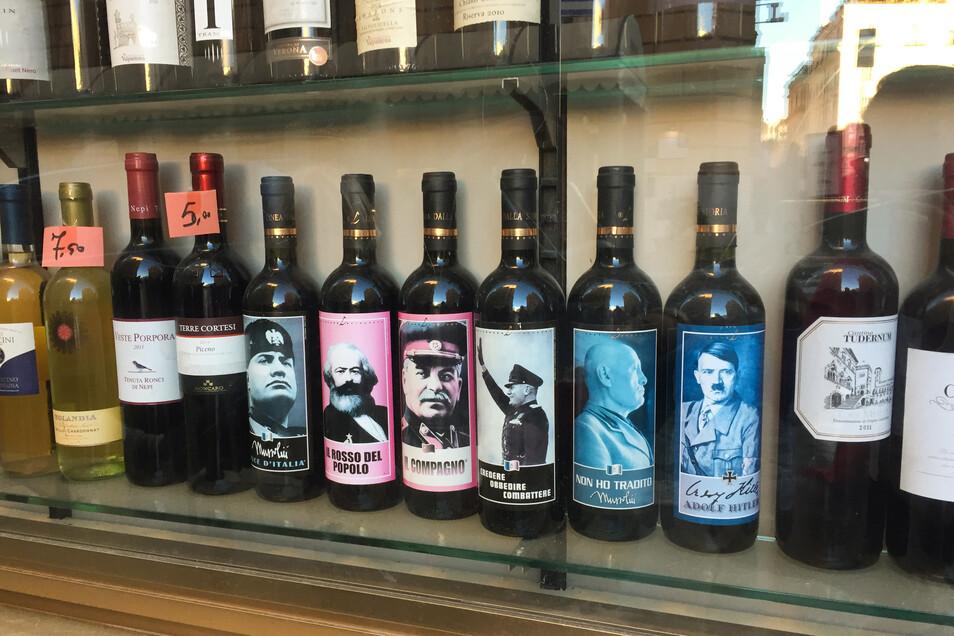 Flaschen mit Bildern von Mussolini, Marx, Stalin und Hitler auf dem Etikett stehen in einem Geschäft.