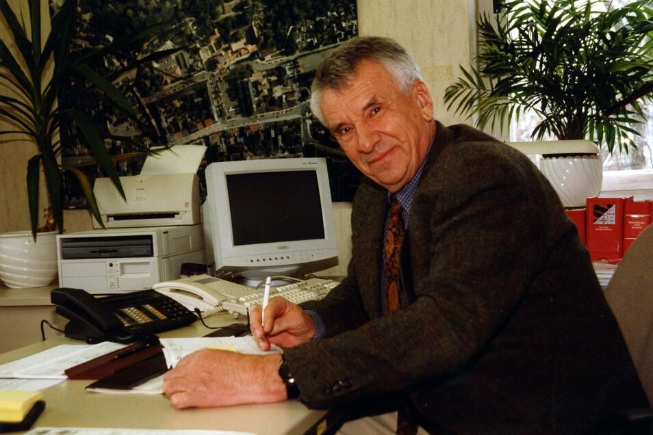 Damals wars: Baubürgermeister Günter Colve in den 1990er Jahren. in seinem Büro. Unter seiner Regie veränderte Riesa sein Gesicht.