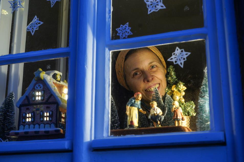 Gerlind Alius, die neue Mieterin des Hexenhäusels, hat einen Adventskalender in den Fenstern von Bautzens ältestem Haus gestaltet.