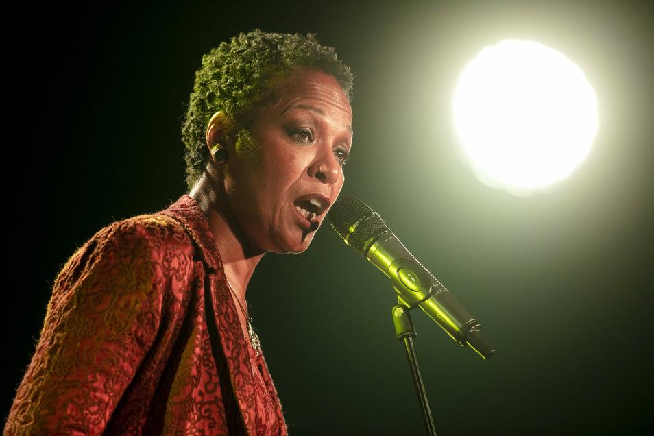 """Bewegendes Finale: Die amerikanische Sängerin Lisa Simone beendete mit ihrem Programm """"In Need Of Love"""" am Sontag im Ostra-Dome vorfristig die Jazztage Dresden."""