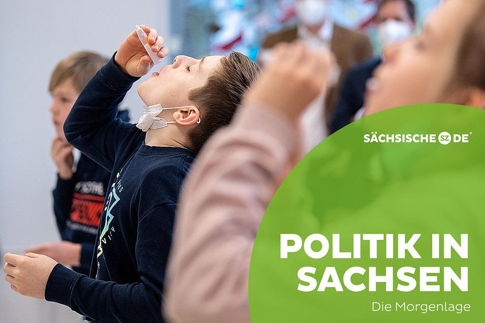 Auch sächsische Schüler sollen sich, wie hier in Bayern, regelmäßig selbst auf eine Corona-Infektion testen. Doch bei der Beschaffung der Tests gibt es nun Verzögerungen.
