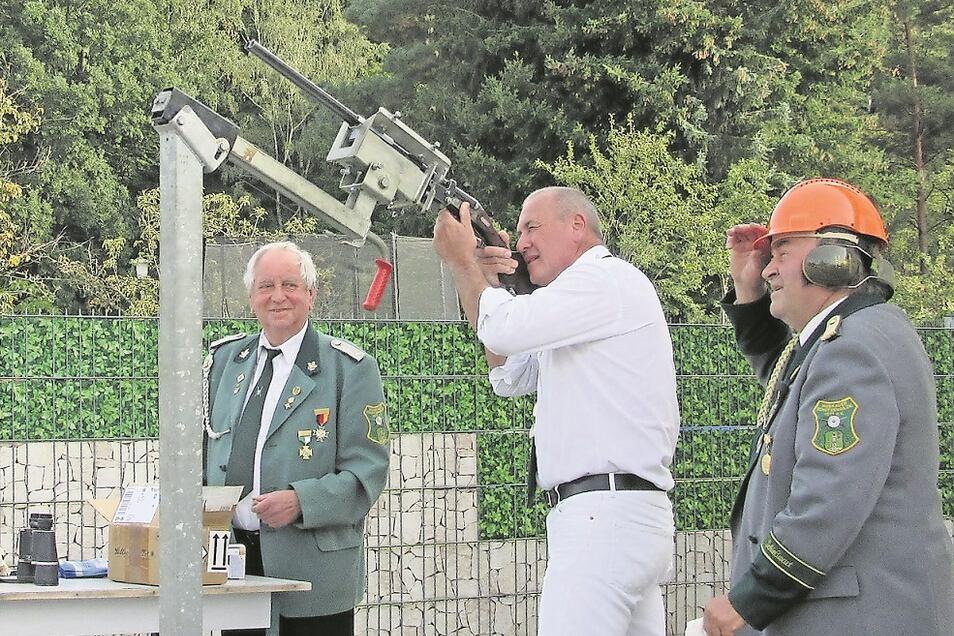 Schützen beim Schießen auf den hölzernen Adler während des 28. Schützenfestes der Muskauer Schützengilde im Domizil in Bad Muskau- Berg.
