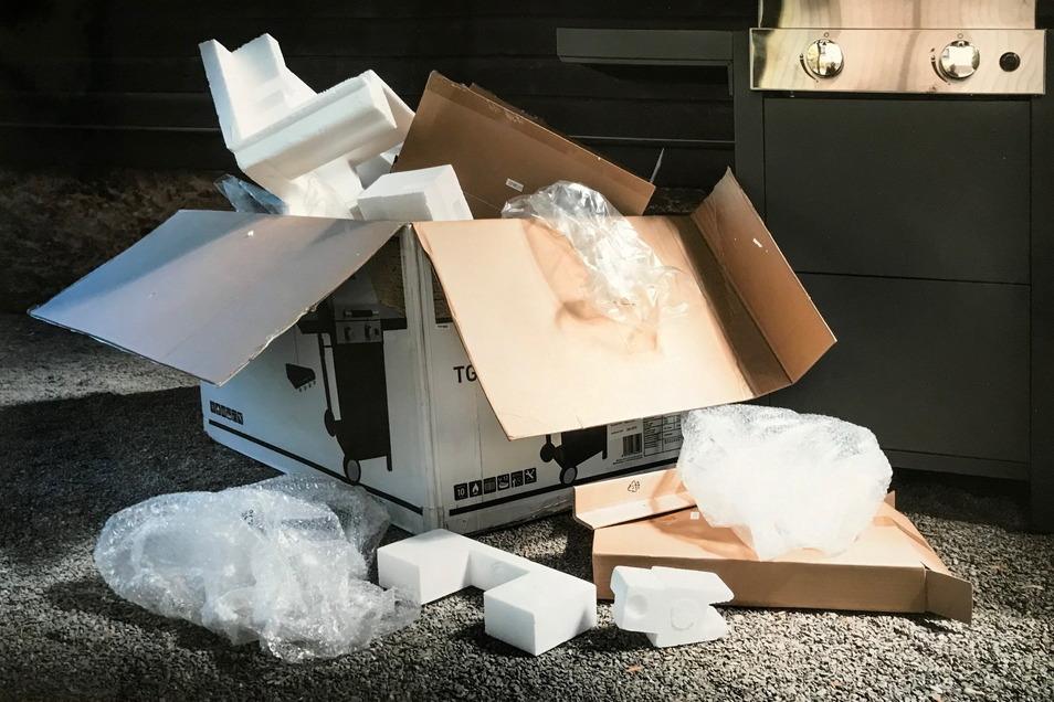 Der Grill ist aufgebaut. Aber was passiert mit der Verpackung? Thomas Richter vom Fotoclub Dresden hat das fotografiert.