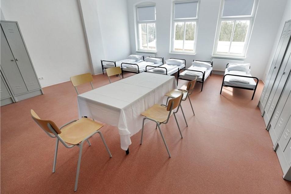 Bis zu fünf Personen können in einem Zimmer in der Gemeinschaftsunterkunft leben. Es gibt jedoch in dem Haus auch Ein- und Zweibettzimmer sowie verschiedene Wohneinheiten, die vor allem für Familien geeignet sind. An den Zimmerstrukturen hat sich durch di