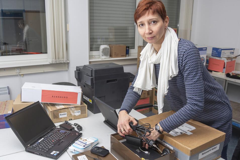 Rennsekretärin Janet Hengst richtet sich ihren Arbeitsplatz im temporären Rennbüro ein.