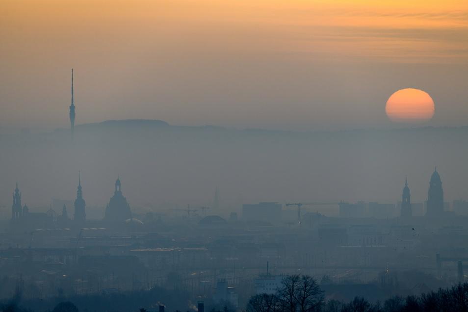 Die Sonne geht am Morgen am Horizont hinter auf.