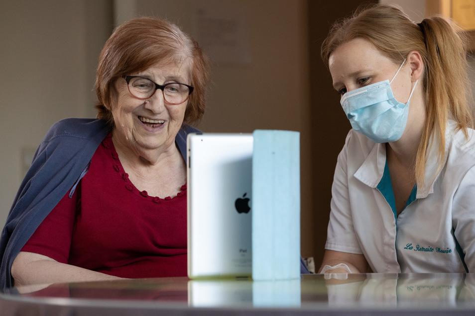 Skypen mit den Angehörigen ist inzwischen überall ein gängiges Kontaktmittel geworden - wie hier in Belgien. Nicht alle Senioren können damit etwas anfangen.