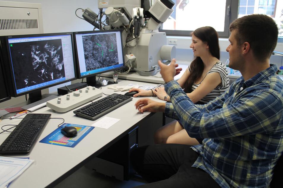 Wie hier die Mitarbeiter des Kurt-Schwanbe-Institutes in Meinsberg an einem Rasterelektronenmikroskop arbeiten, dass soll zukünftig im Rahmen eines Projektes auch Harthaer Schülern vor Ort gezeigt werden.