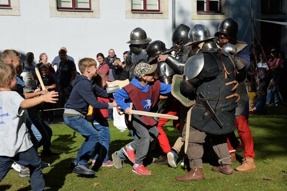 Die Kinder bezwingen die Ritter des Thüringer Ritterbundes im Kampf.