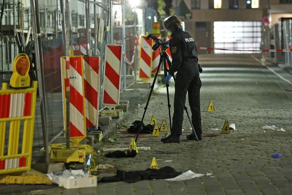 Am Dresdner Kulturpalast werden im Sommer 2020 zwei Männer niedergestochen, einer von ihnen stirbt.
