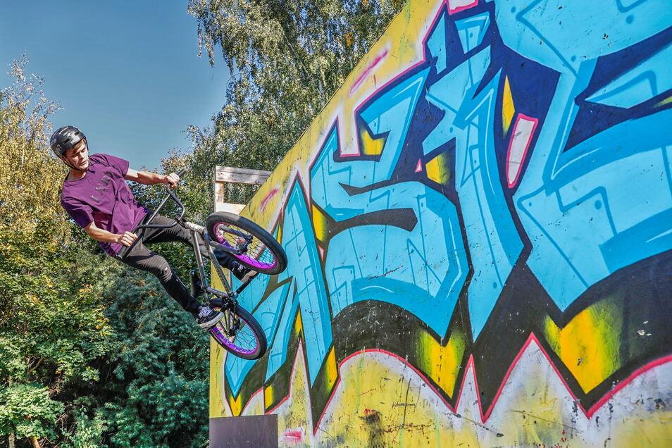 Robin Heine beim Wenden mit einem Sprung an die Wand auf dem Skatepark in Zittau-Ost.